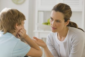 Việc so sánh trẻ còn ảnh hưởng đến vấn đề lòng tự trọng của trẻ sau này, dễ hình thành tâm lý bi quan, mặc cảm, khó chịu.