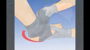Dùng tất ướt quấn quanh mắt cá chân để giảm sốt cho bé