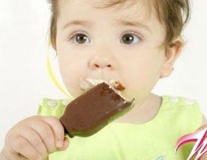Một que kem không chỉ giúp bé giải khát mà còn giúp giảm nhiệt cơ thể bê
