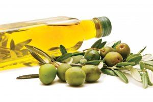Dùng một ít dầu oliu massage toàn thân cho trẻ để giảm sốt