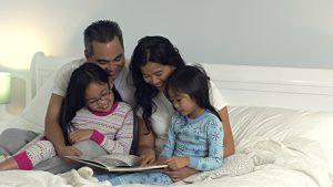 Việc đọc sách cho trẻ trước khi ngủ khiến tính cảm gia đình thêm gần gũi, gắn bó