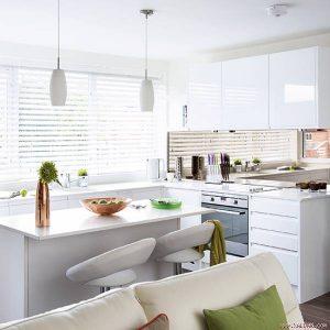 Nội thất và sơn tường màu trắng giúp không gian bếp của bạn có cảm giác được mở rộng