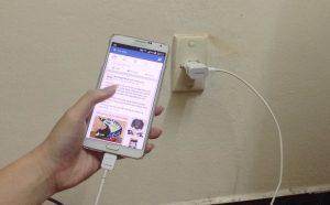 Vừa sạc vừa dùng điện thoại sẽ ảnh hưởng đến tuổi thọ của máy