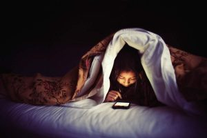 Dùng điện thoại trước khi ngủ ảnh hưởng đến sức khỏe đôi mắt  và chất lượng giấc ngủ