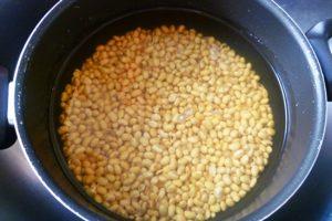 Chọn đỗ tương có các hạt đều nhau và không bị nấm mốc