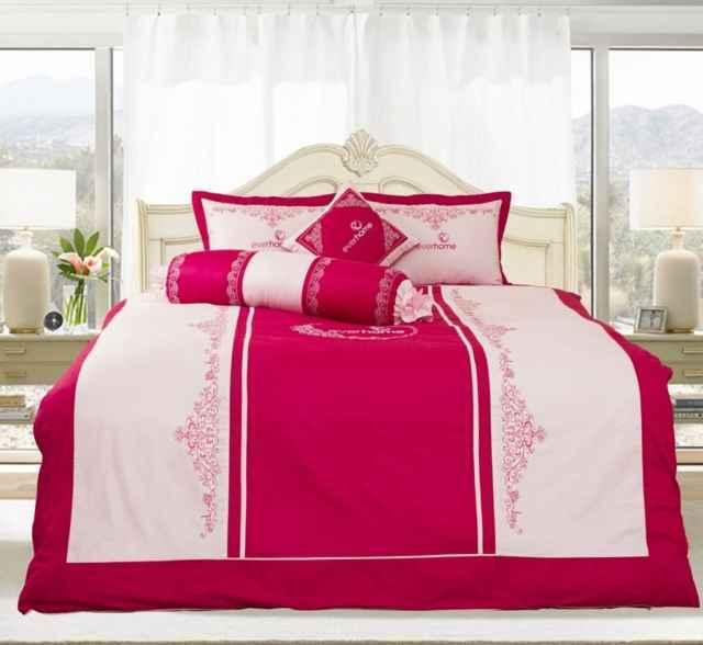 Màu hồng ấn tượng cho phòng cưới