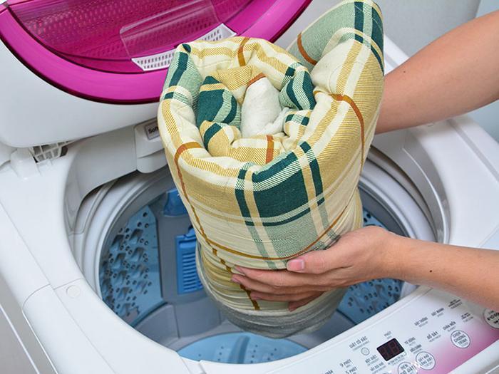 Mẹ nên giặt qua đồ của bé và chọn chế độ phù hợp nhất.