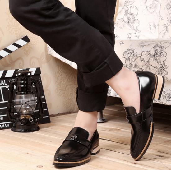 Các kiểu giày anm thời trang thường phù hợp với quần kaki hoặc quần jaen