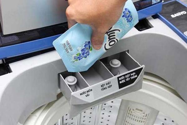 Hướng dẫn cách bỏ nước xả vào máy giặt Toshiba